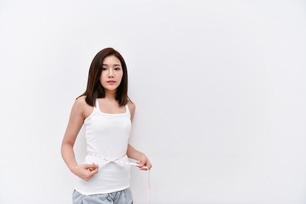 Conceitos de cuidados de saúde. mulheres bonitas estão reduzindo a cintura