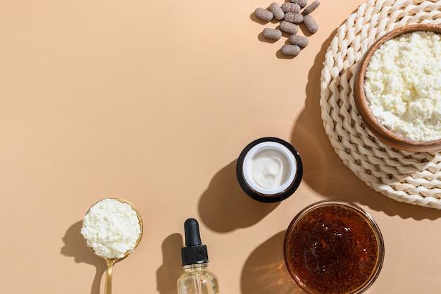 Conceitos de cuidados naturais da pele de creme, esfoliante de café, óleo cosmético, frasco de vidro, soro.