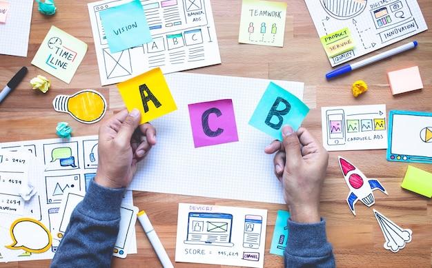 Conceitos de decisão com papelada de marketing na mesa