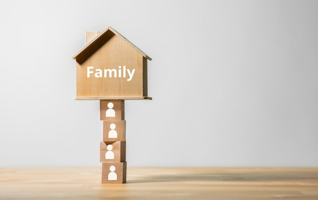 Conceitos de família e comunidade com modelo de casa de madeira. propriedade comercial e seguro. espaço de cópia
