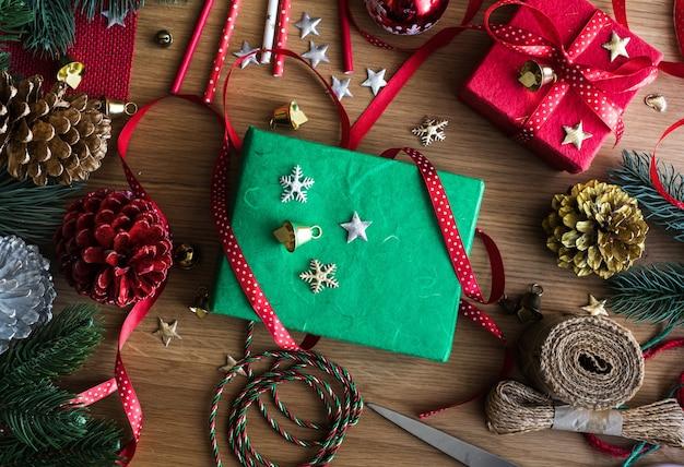 Conceitos de feliz natal com decoração de presente de caixa de presente e elemento de ornamento