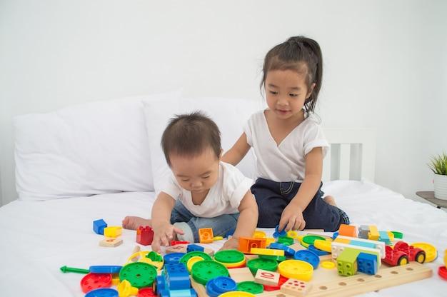 Conceitos de habilidades de aprendizagem. as crianças pequenas estão aprendendo habilidades para brincar com brinquedos.