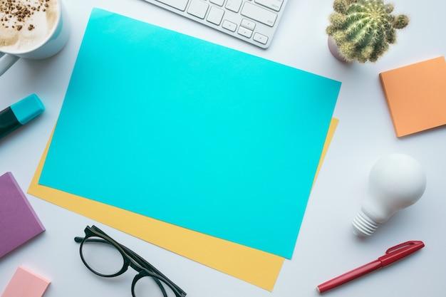 Conceitos de ideias de inspiração com papel colorido e acessórios na visualização table.top