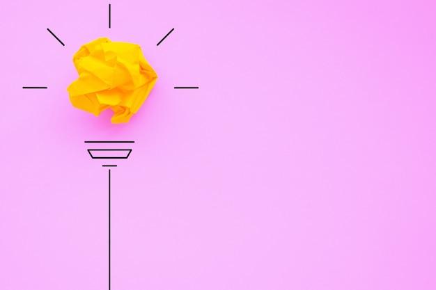 Conceitos de ideias de inspiração de criatividade com lâmpada de bola amassada de papel na cor de fundo