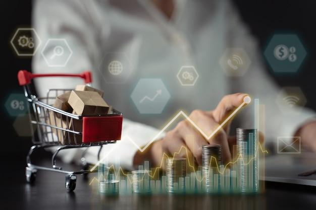 Conceitos de marketing online futuro negócio eco friendly. mini carrinho de compras e pilha de moedas com efeito de holograma.