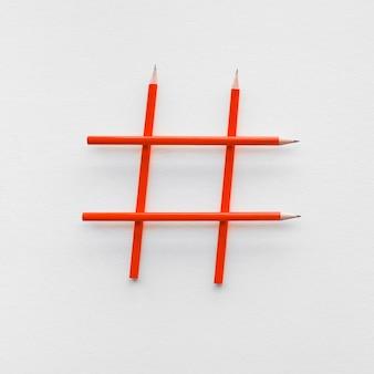 Conceitos de mídia social e criatividade com sinal hashtag feito de imagens de marketing digital a lápis. poder de conversa.