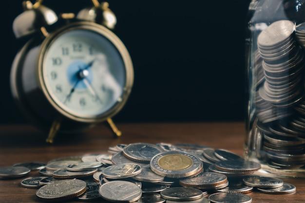 Conceitos de negócios financeiros economizar moedas de dinheiro