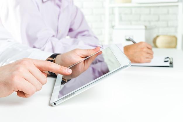 Conceitos de negócios, o empresário usa um tablet digital