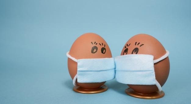 Conceitos de proteção contra vírus corona ovos de páscoa em uma máscara para decorar os feriados da páscoa