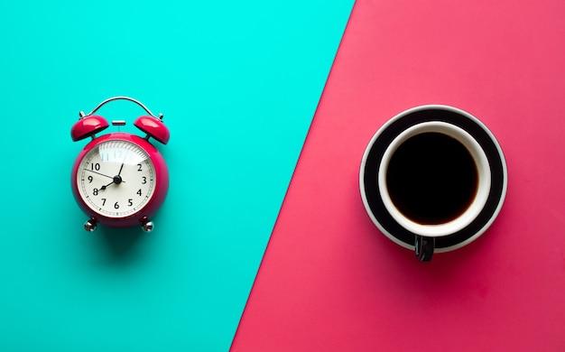 Conceitos de refresco com xícara de café e despertador em cor pastel