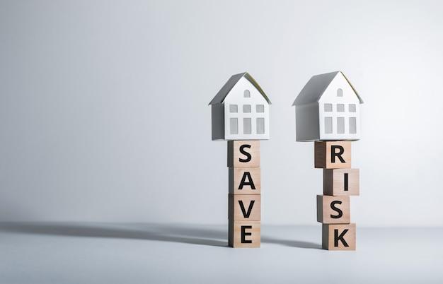 Conceitos de risco imobiliário ou propriedade com modelo de casa em investimento wood.business e financeiro.
