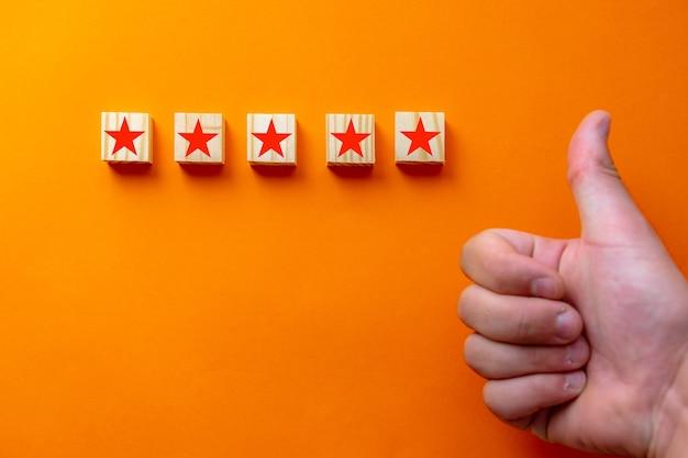 Conceitos para atendimento ao cliente e pesquisas de satisfação. com um polegar para cima e uma avaliação de cinco estrelas, o empresário recebe uma nota excelente.