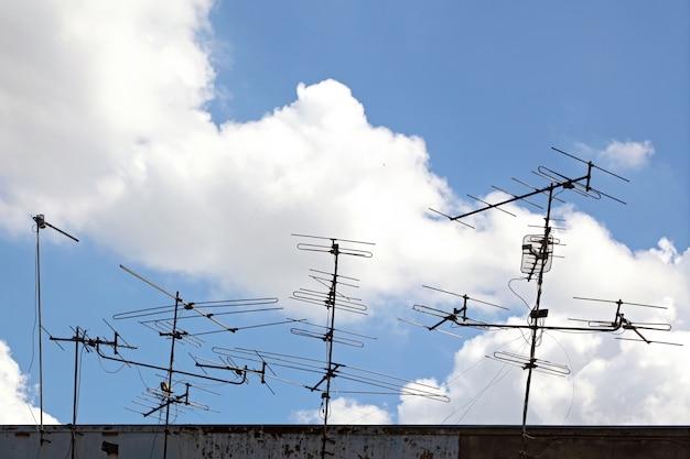 Conceitual de antena de telecomunicações no telhado