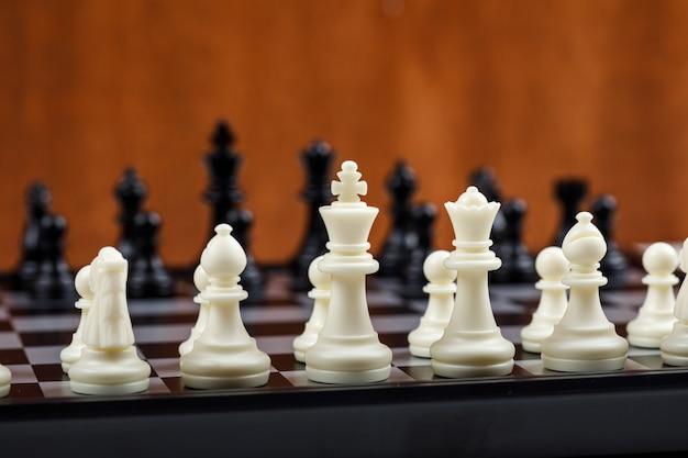 Conceitual de estratégia e xadrez. com figuras de xadrez vista lateral. imagem horizontal