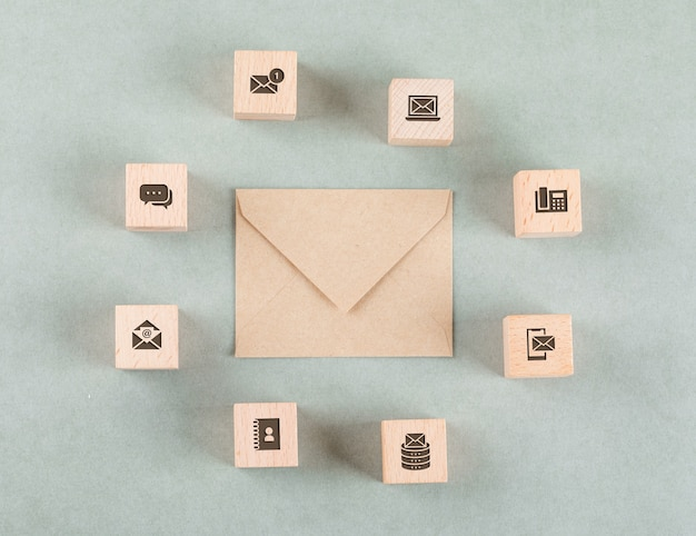 Conceitual de gestão com cubos de madeira, envelope.