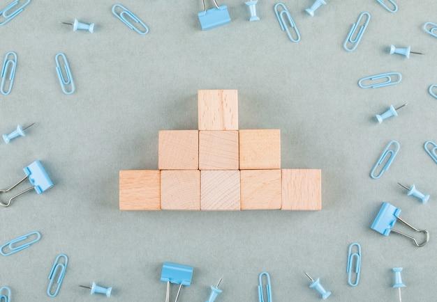 Conceitual de negócios com blocos de madeira, clipes de papel, clipes de pasta.