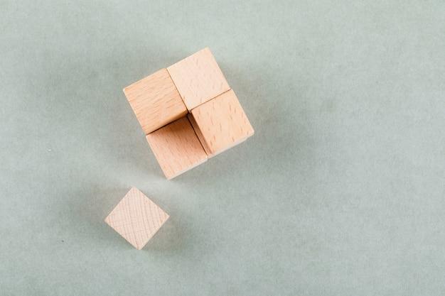 Conceitual de negócios com cubo de madeira com um bloco próximo.