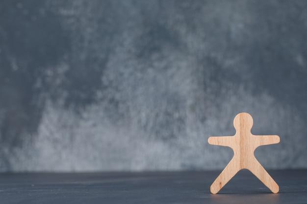 Conceitual de negócios e emprego. com figura humana de madeira.