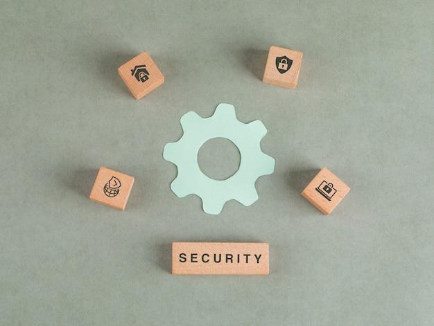 Conceitual de segurança com blocos de madeira, ícone de configurações de papel.