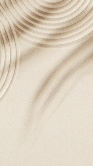 Concentração e espiritualidade em linhas de jardim zen japonesas desenhadas na areia e sombras de palmeiras