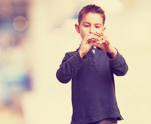 Concentrado criança que joga a flauta