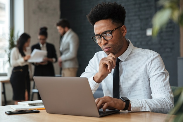Concentrado jovem empresário africano