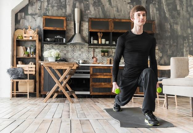 Concentrado masculino fazendo exercícios com halteres