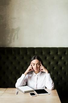 Concentrando a mulher com notas na mesa