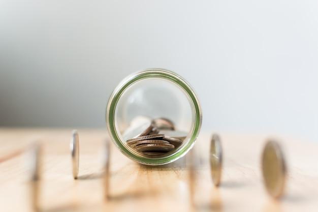 Concentre as moedas no frasco, conceito que economiza dinheiro finanças empresariais