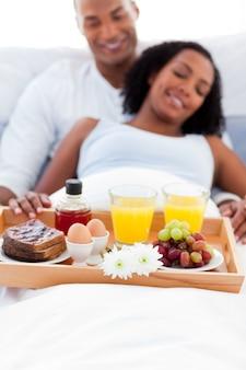 Concentre-se em uma bandeja de café da manhã