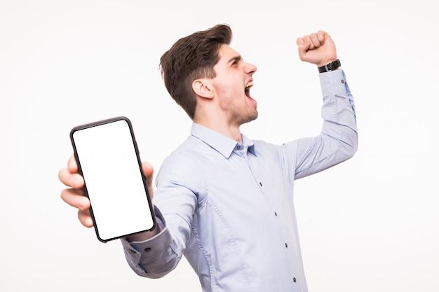 Concentre-se na tela do telefone. sorrir homem aponta o dedo para smartphone isolado no espaço em branco