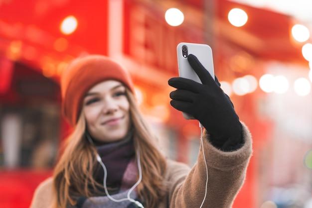 Concentre-se no smartphone nas mãos de uma mulher