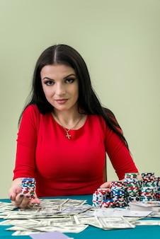 Concepção de jogo, mulher com dólares e fichas de cassino