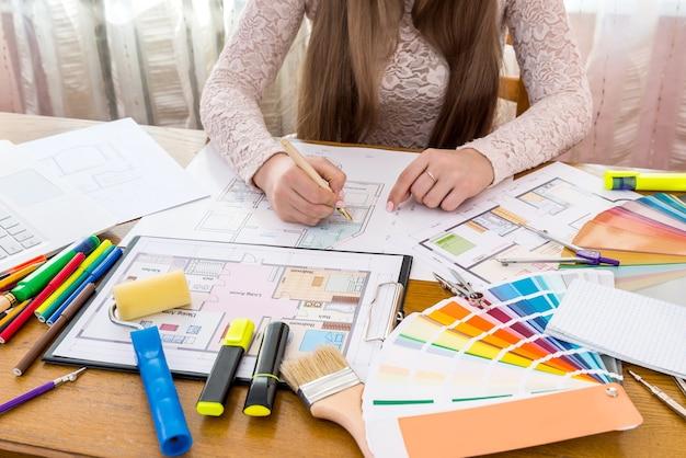 Concepção de 'local de trabalho de designers' na mesa de madeira