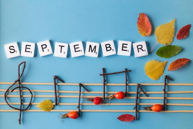 Concepção de notas musicais. notas musicais de madeira e folhas.