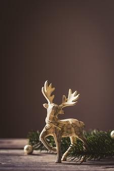 Concepção do cartão de natal. decoração de veado de brinquedo de natal com galho de árvore de natal e neve.