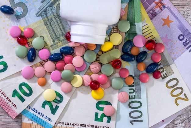 Concepção farmacêutica com drogas coloridas em notas de euro