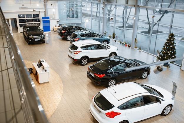 Concessionária de automóveis, apresentação de automóveis, vista de cima, ninguém. novo showroom de veículos, conceito de negócio de revendedor de automóveis