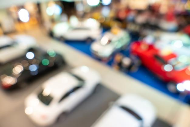 Concessionária turva, com os carros e relâmpagos suaves