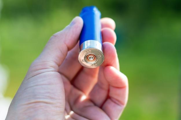 Concha de fogo usada, cartucho de bala de arma de tiro vazio no braço