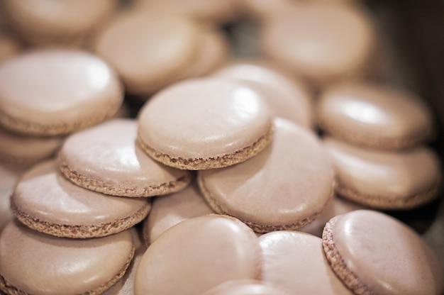 Conchas de macaroons em uma bandeja
