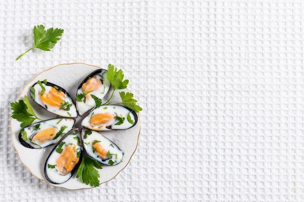 Conchas de mexilhão vista superior em um prato