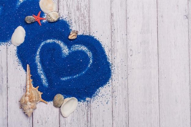 Conchas decoração areia azul fundo de madeira cenário oceano