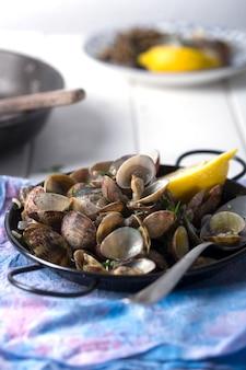 Conchas do mar preparadas em uma mesa branca