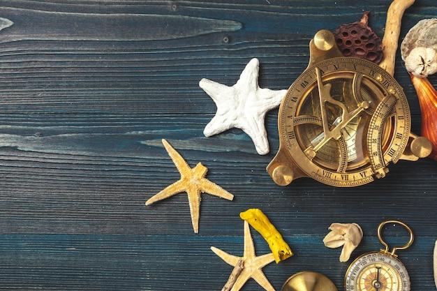Conchas e bússola. composição bonita do mar com conchas e bússola vintage