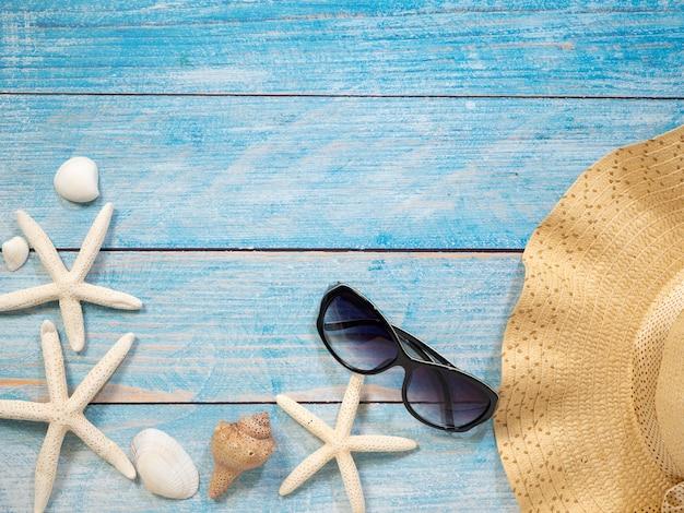 Conchas, estrelas do mar, chapéus. ideias de férias