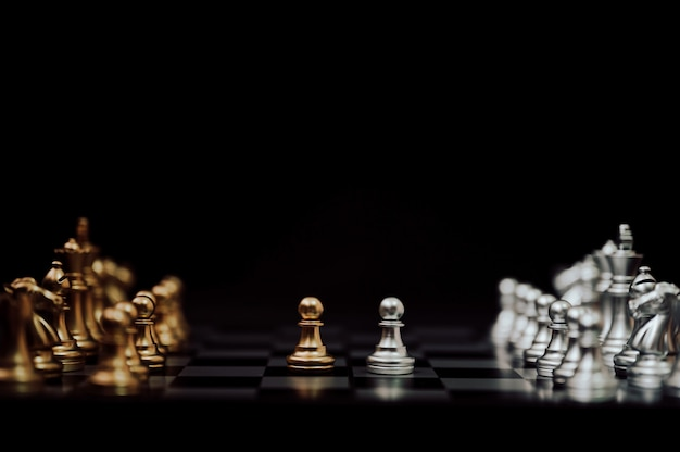 Concorrência de negócios e conceito de plano de estratégia. jogo de tabuleiro de xadrez ouro e prata cor