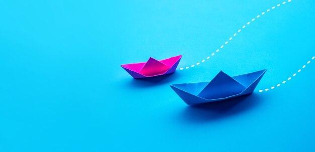 Concorrência de negócios ou conceitos de parceiros com papel de dois barcos