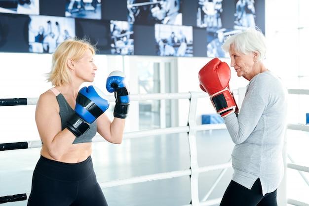 Concorrentes em luvas de boxe