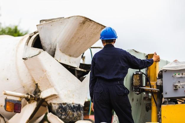 Concreto do crescimento do controle do trabalhador dos homens da construção